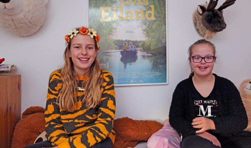 De zusjes Shanna en Mirte Bruin spelen samen in een film over hun leven 'Ons eiland'.