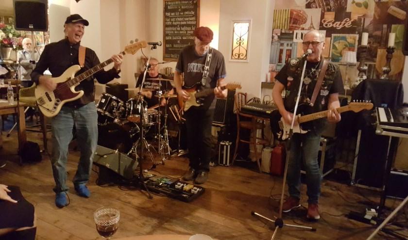 De band speelt nummers uit de jaren zestig en zeventig.