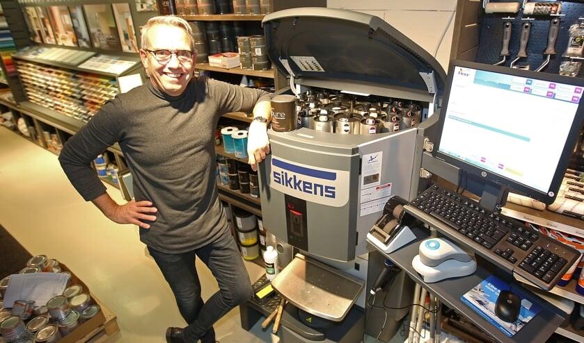 Albert Hoegen-Dijkhof toont trots de nieuwe verfmengmachine in zijn Vennepse winkel.