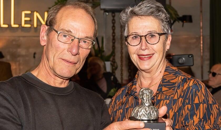 Klaas Kwadijk kreeg de prijs uit handen van Tineke Abercrombie-Schoorl.