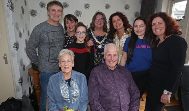 Hendrika en Leendert Hagman als stralend middelpunt, met hun kinderen en kleinkinderen.