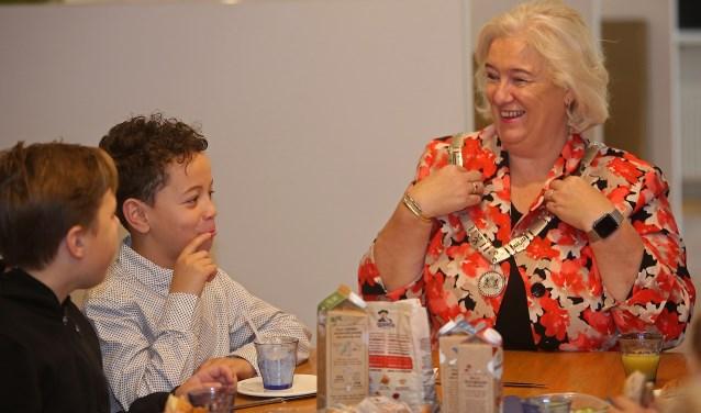 Burgemeester Marianne Schuurmans heeft plezier met de kinderen.