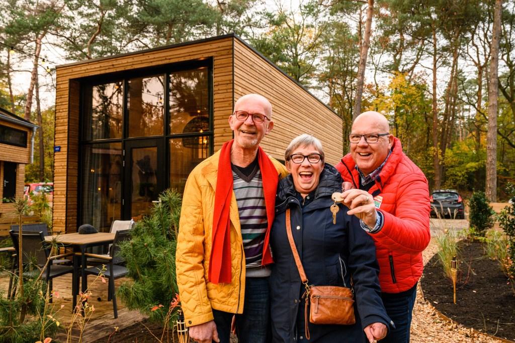 Marjan en Fred samen met Postcode Loterij-ambassadeur Gaston Starreveld bij hun nieuwe vakantiehuis. Roy Beusker Fotografie © rodi