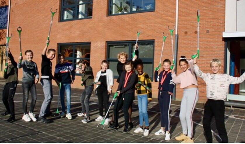 De leerlingen van Bommelstein zorgen dat de omgeving van hun school netjes blijft.