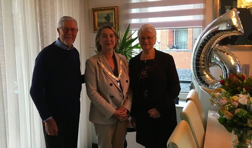 August de Haan en Wilhelmina Maria Catharina van Althuis krijgen bezoek van locoburgemeester Mariëtte Sedee.