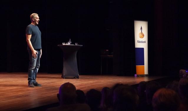 Cabaretier Peter Heerschop spreekt de menigte toe.