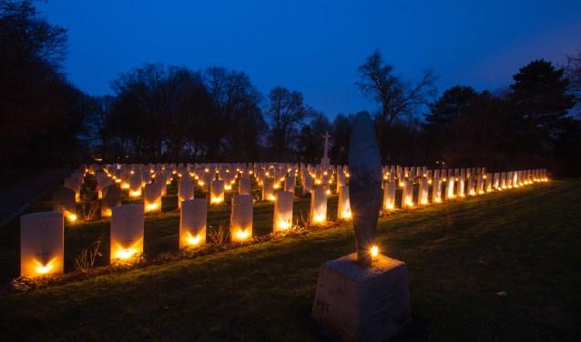 Op 24 december zullen 270 aangestoken lichtjes bij een oorlogsgraf worden geplaatst.