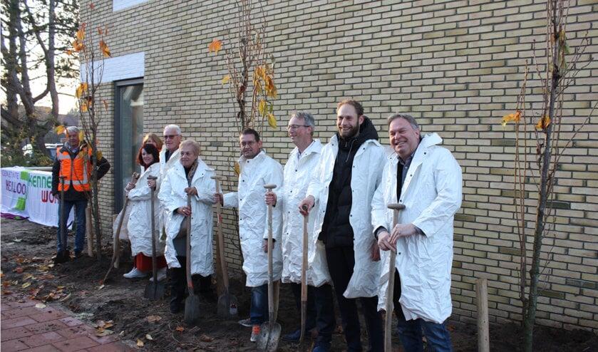 Wethouder Rob Opdam van gemeente Heiloo, manager Vastgoed Michiel van Baarsen van Kennemer Wonen, directielid Dirk Jan de Rouwe van Dijkstra Draisma en zes bewoners zetten een schop in de grond.
