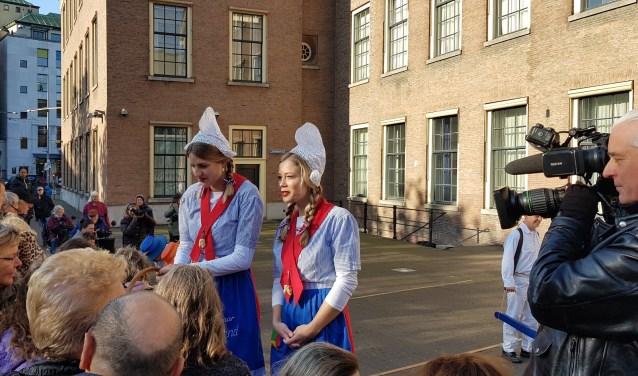 Kaasmeisjes delen kaasblokjes uit op de Haagse Hofplaats.