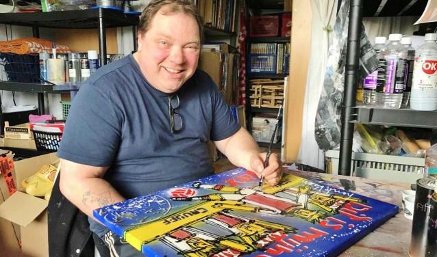 Henk Veen aan het werk aan een van zijn vele meesterwerken.