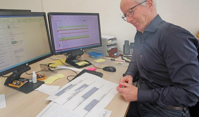Theo Wever, voorzitter van Stichting Sportpodium Waarland,bekijkt de plannen.