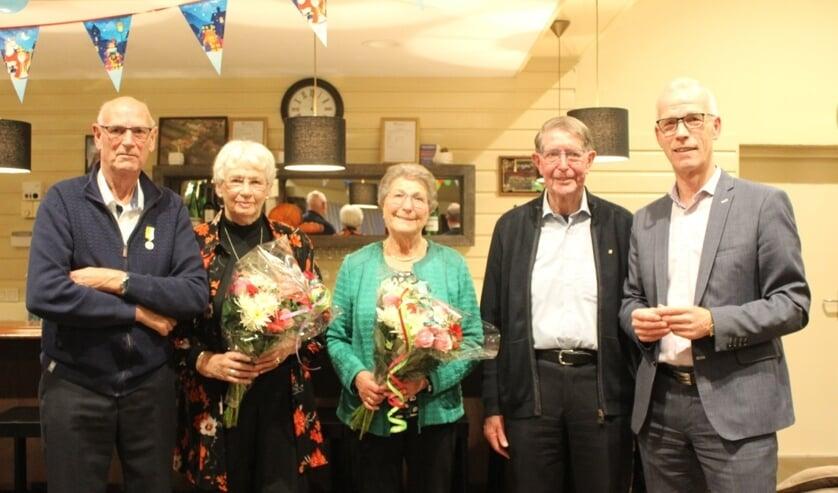 De onderscheiden koorleden met hun echtgenotes. Rechts de voorzitter van de Parochieraad.