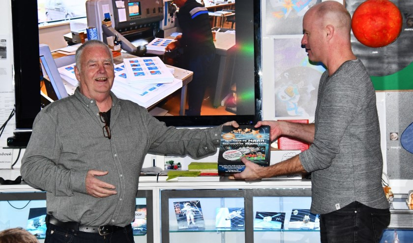 Uitreiking eerste doos door Theo Mulder namens Orion aan de heer Gerry Besseling van drukkerij Venhuis voor zijn grote steun.