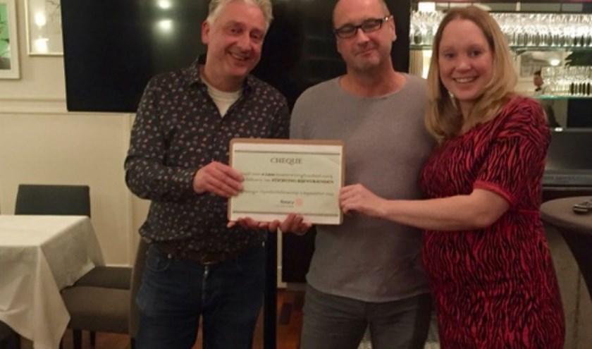 Pim Lemmers, Jan Kroezen en Maartje Hinse zijn blij met de cheque.