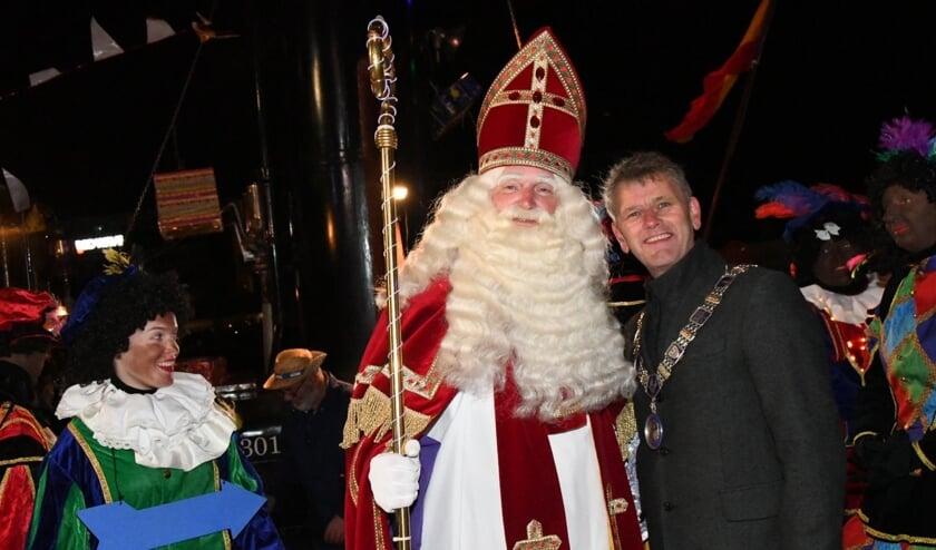 Sinterklaas wordt welkom geheten door burgemeester Smit van Beverwijk.