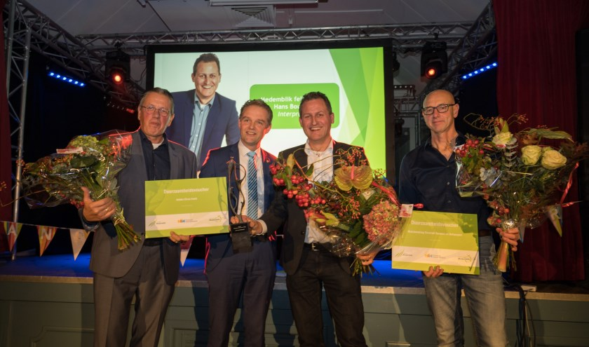 Winnaar Hans Boukens (tweede van rechts) met de andere kandidaten en wethouder Harry Nederpelt.