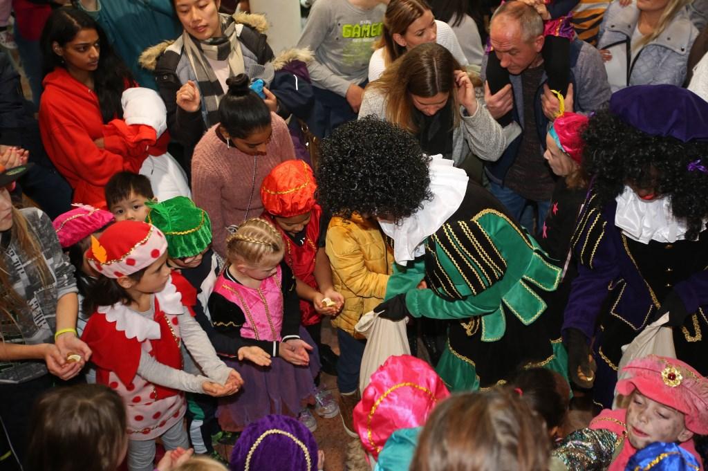De pieten delen pepernoten en lekkers uit aan de kinderen in De Symfonie.  (Foto: Rowin van Diest) © rodi