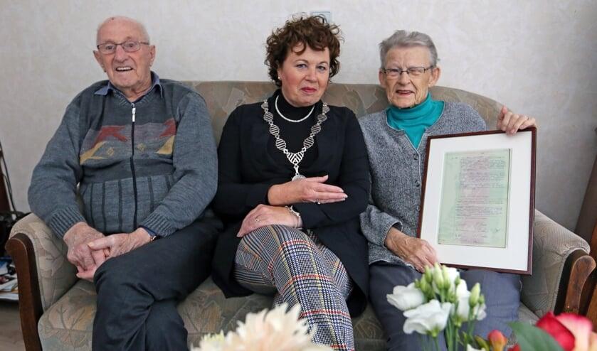 Het echtpaar Dekker- Pancras werd gefeliciteerd door de burgemeester.