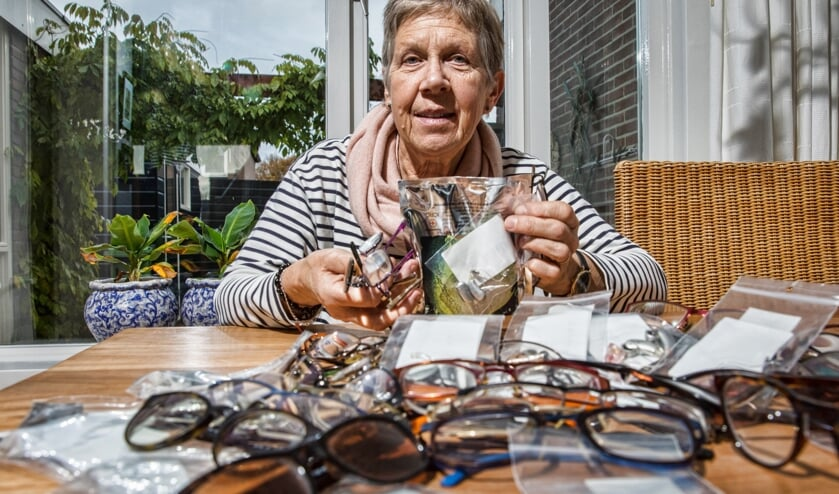 Els Ligthart brengt onder andere brillen, hoortoestellen en meloenzaden naar Vietnam.