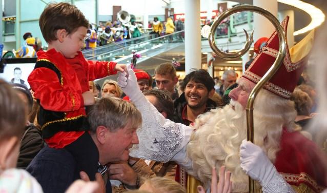 Sinterklaas geeft in De Symfonie één van zijn kleinste fans een hand.