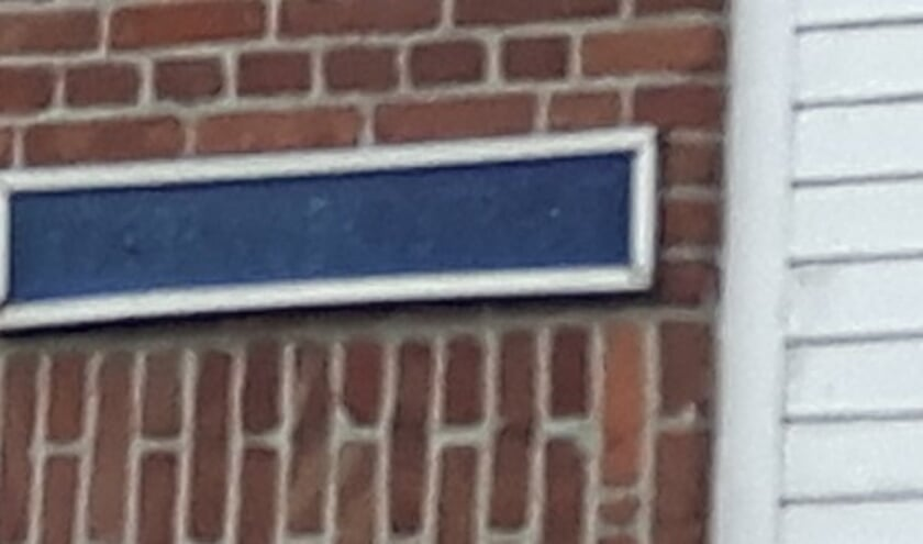 Een zeer slecht te lezen straatnaambord wat zeker vervangen dient te worden.