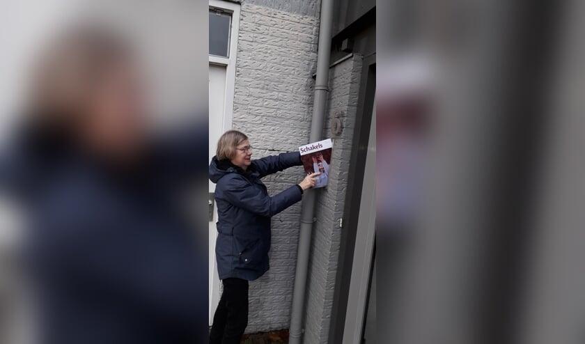 Enthousiaste vrijwilliger bezorgt Schakels.