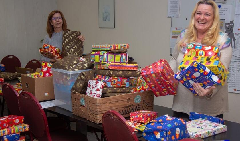 Ellen en Petra zeer content met alle cadeautjes voor de Voedselbank-kinderen.