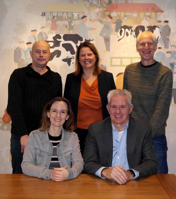 Op de foto van links naar rechts, van boven naar beneden: bestuurslid theaterzaken Louis Schoehuijs, voorzitter Gerda Quak, bestuurslid filmzaken Rik Janssen, secretaris Debby Goos-Snellen, en penningmeester Marco de Boer.