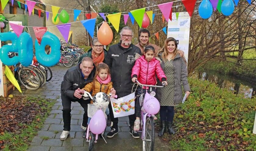 Talisa en Carolien zijn heel blij met hun geschonken fiets.