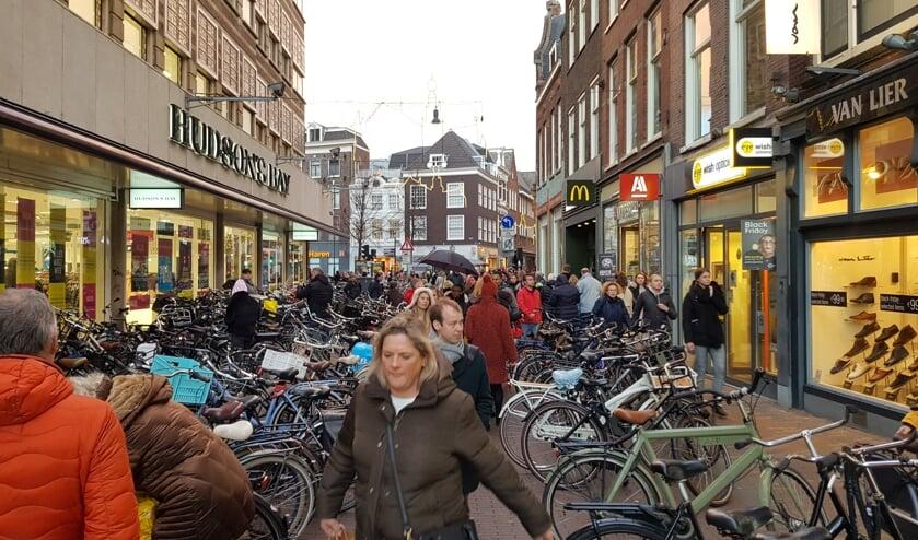 Zigzaggen tussen de fietsen door is heel gewoon geworden.