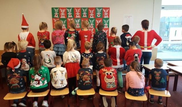 De leerlingen van groep 4 gaven massaal gehoor aan de oproep een foute kersttrui aan te trekken.