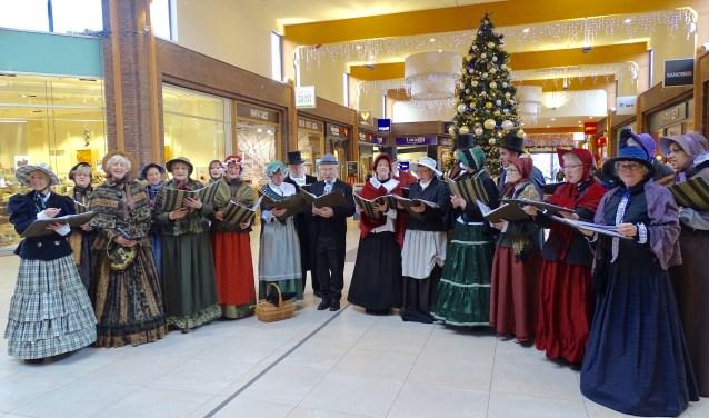 Het Dickenskoor brengt de kerst naar het centrum.