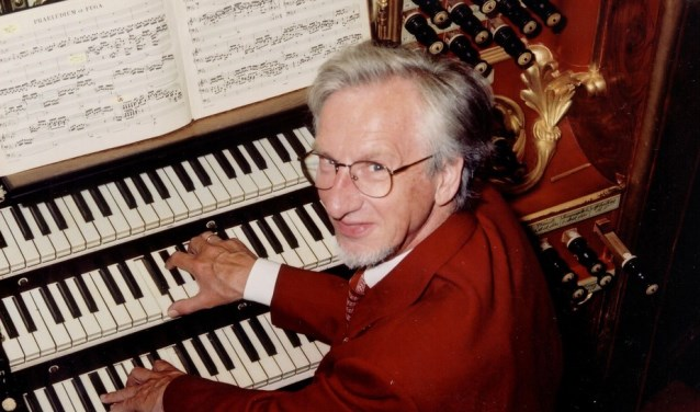 Sander van Marion bespeelt het prachtige Flaes & Brünjes orgel in de Grote Kerk van Westzaan.