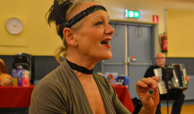 Wilma Bakker presenteert het Open Podium in buurtkamer Kadoelen.