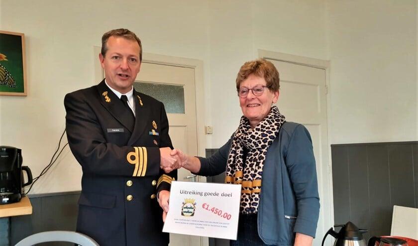 Commandant Feenstra en Tineke Sohier, bestuurslid inloophuis.