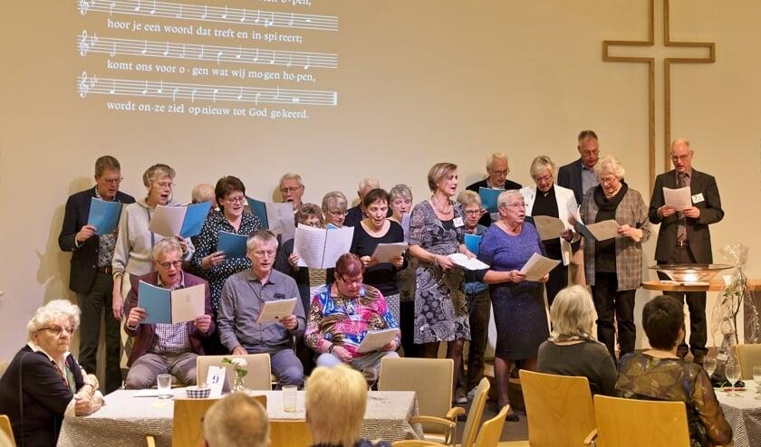 Het gelegenheidskoor zingt het feestlied dat voorganger Coen Wessel heeft gemaakt.