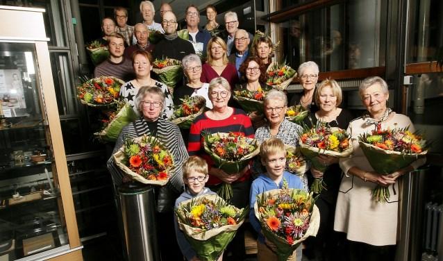 Een grote groep vrijwilligers werd in et zonnetje en in de bloemen gezet.