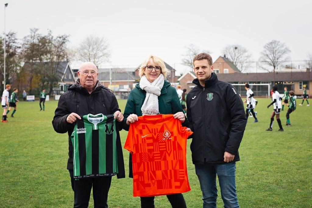 Karin Oudejans en Jelle van Hamersveld ruilen van shirt met Gerard Aafjes van de KNVB.