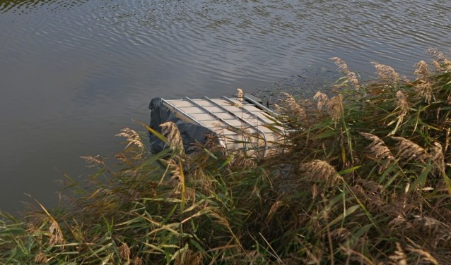 In een sloot in Vijfhuizen werd begin november een vat met een giftig goedje gedumpt.