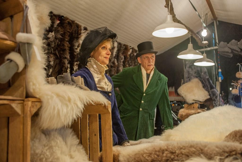 De prachtige Dickens-kostuums worden met precisie gemaakt. Fotografie-RG © rodi