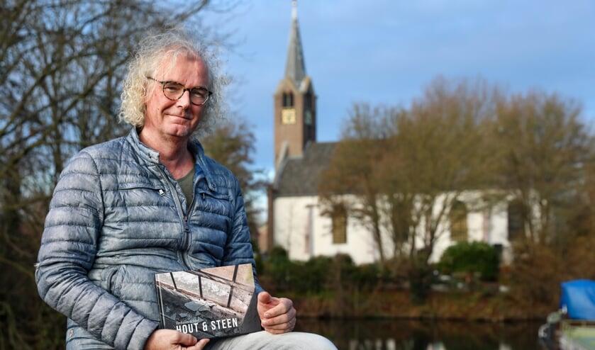 Rob Basten met op de achtergrond de Kooger Kerk.