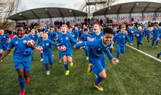 De jonge talenten van SV Hoofddorp voelen zich een middag lang Ajax-spelers.