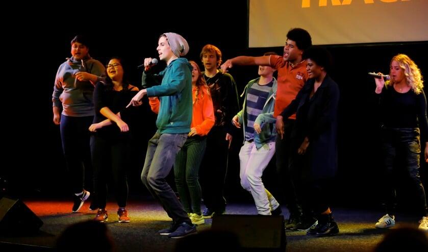 Jongeren die vorig jaar meededen verzorgden een optreden tijdens de eindpresentatie.