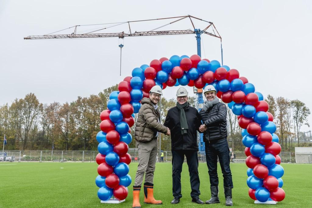 Hans Kroon, bijgenaamd Pedel, tussen de directieleden André Vos en Camiel Honselaar. Op de achtergrond de zojuist gedoopte Pedeltorenkraan.     Fotostudio Fedde de Weert © rodi