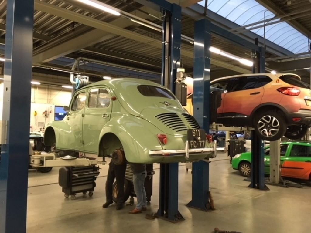 Alle Renault's zijn welkom, zelfs een Renault 4CV is in onderhoud bij Stokman. Foto: Stokman © rodi