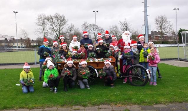 De kerststukjes worden dan door de jeugdleden verkocht aan de deuren in Uitgeest