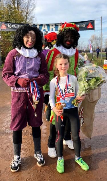 Maartje Rol met de Pieten bij de finish.