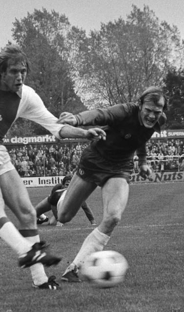 Piet Huijg (rechts) in duel met Henning Jensen van Ajax (1979)