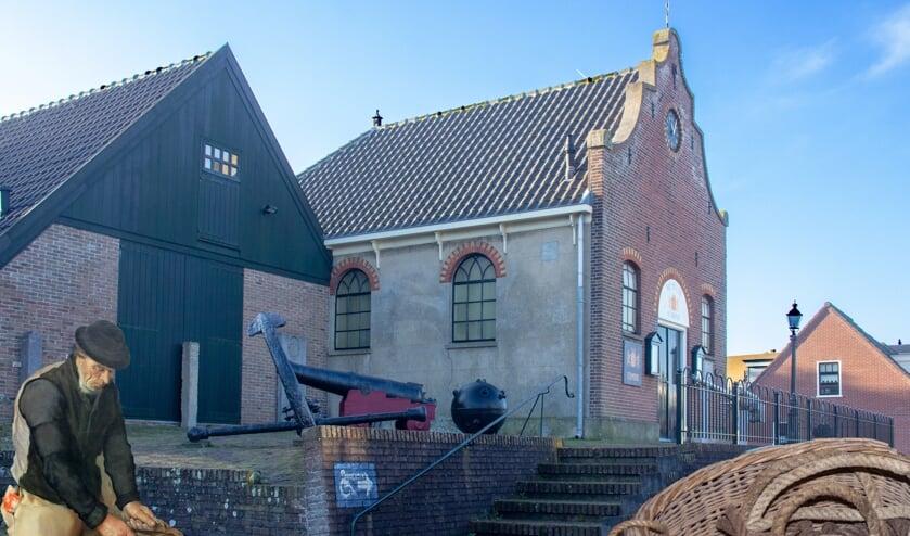 Het gastvrije Museum van Egmond zoekt vrijwilligers. Inzet: Aris Krab op een van de nieuw aangeschafte schilderijen van Roeland Koning