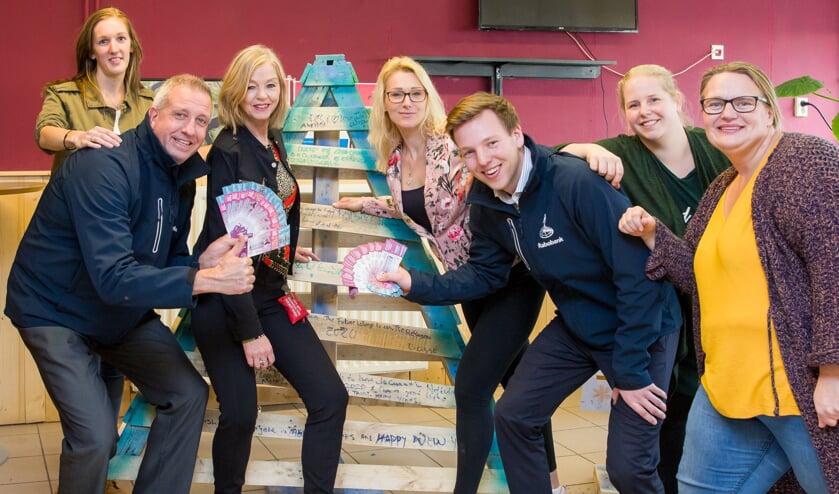 V.l.n.r.: Nicole (AZC), Danny Mangelsdorf (Rabobank), Marianne, (AZC), Wendy de Vries (Food 2 Share), Berrie Woord (Rabobank), Jacolien de Man en Ciska Dokter (Food 2 Share).